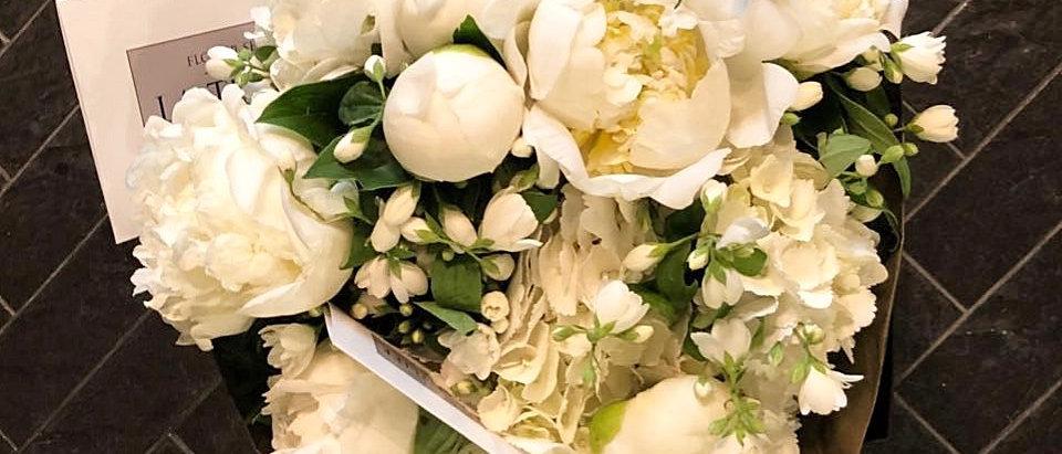 Белоснежные пионы и ароматный жасмин