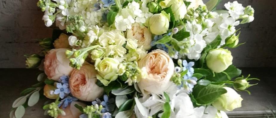 Объемный букет из гортензий и селекционных роз Остина