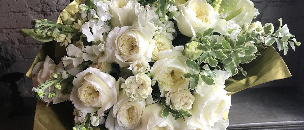 Объемный букет из роз Девида Остина , матиолы и латируса