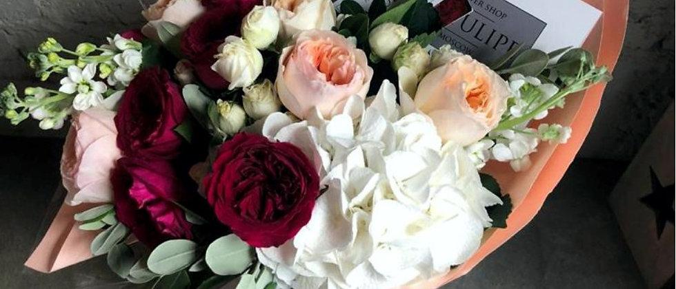 Пионовидные селекционные розы и гортензия