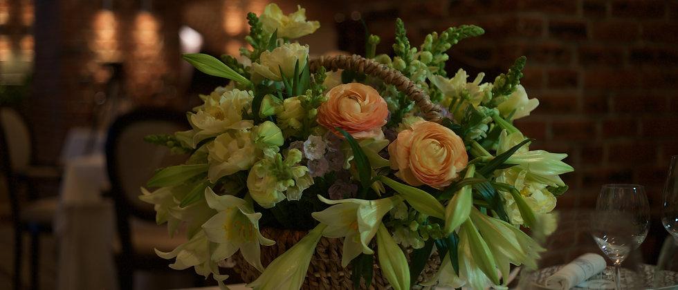 композиция из лилий сорта «white heaven», лимонных тюльпанов и ранункулюсов m/l