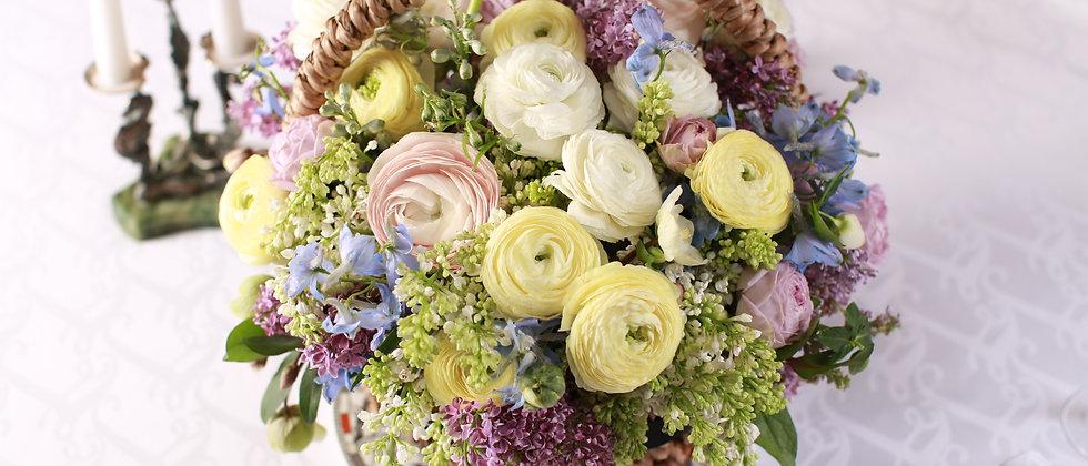 композиция из фиолетовых роз , сирени и хелеборуса s/m/l