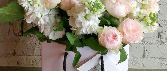 Букет из селекционных роз Девида Остина и белоснежной матиолы