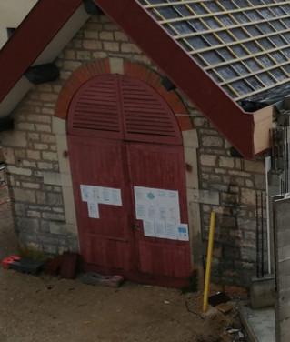 Les portes du local à pompes