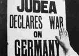 שלט של אחד מהמפגינים 'יהודה מכריזה מלחמה על גרמניה'