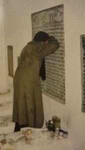 רות מתפללת בקברים באוקראינה.jpg