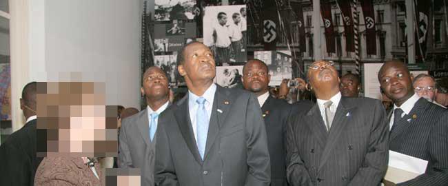 """הדיקטטור של בורקינה פאסו לשעבר, בלז קומפאורה, בסיור ביד ושם, ה'תשס""""ח (2008), (צילום יד ושם)"""