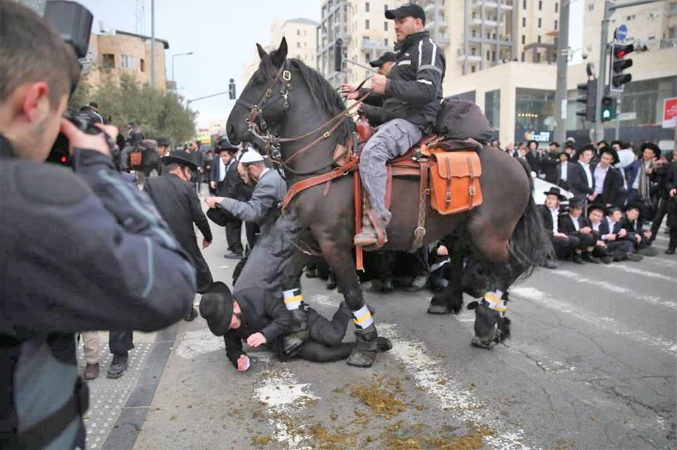 """""""אלו ברכב ואלה בסוסים ואנחנו בשם ה""""א נזכיר"""" שוטר על סוס רומס יהודים שמוחים נגד הגיוס"""
