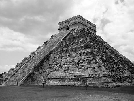 Chichen Itza Maya pyramid in Yucatán, Mexico