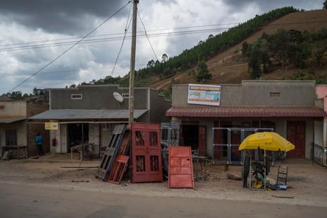 along the road / Uganda · 2017