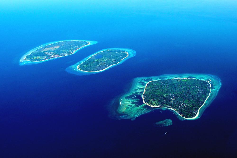 Foto diambil dari drone dan tampak tiga gili yang sangat populer di Lombok yaitu GIli Trawangan, Gili Meno dan GIli Air.