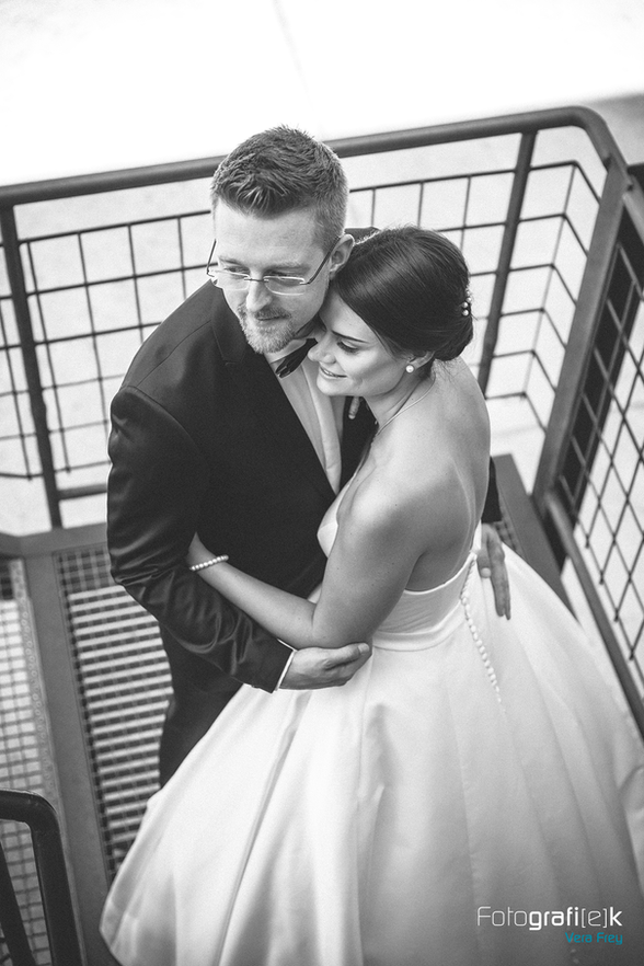 Brautpaar   schwarz-weiß   Industrietreppe