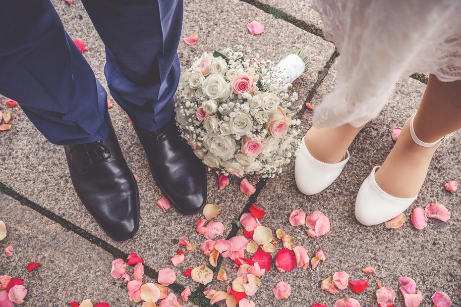 Brautstrauß | Brautschuhe | Rosenblätter