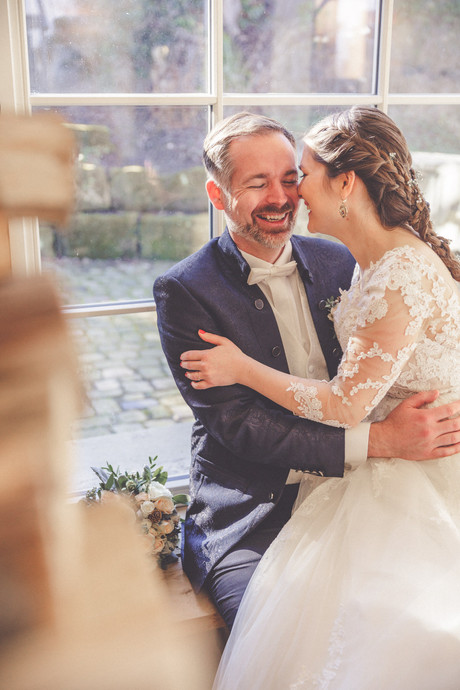 Brautpaarshooting | Lachen | Fensterbank
