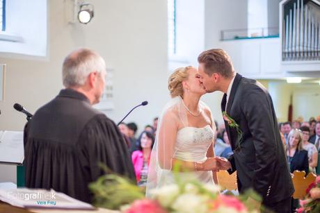 Hochzeitskuss | Brautpaar | Pfarrer