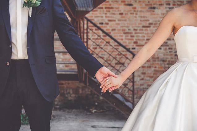 Hand in Hand   Brautpaar