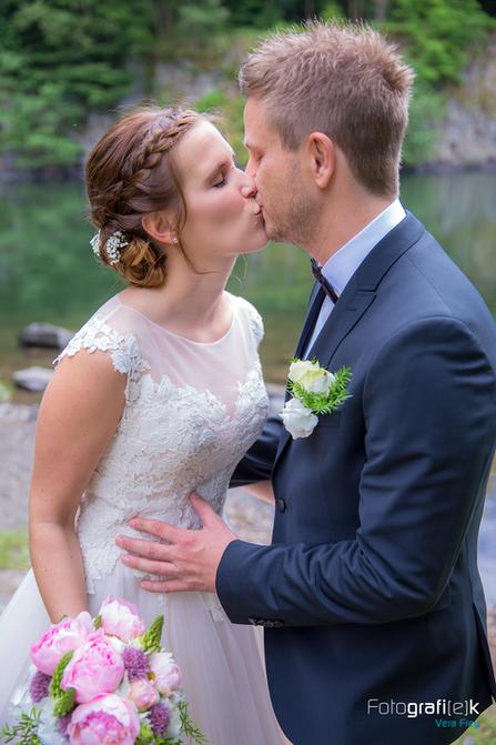Brautpaar   Kuss   Brautstrauß