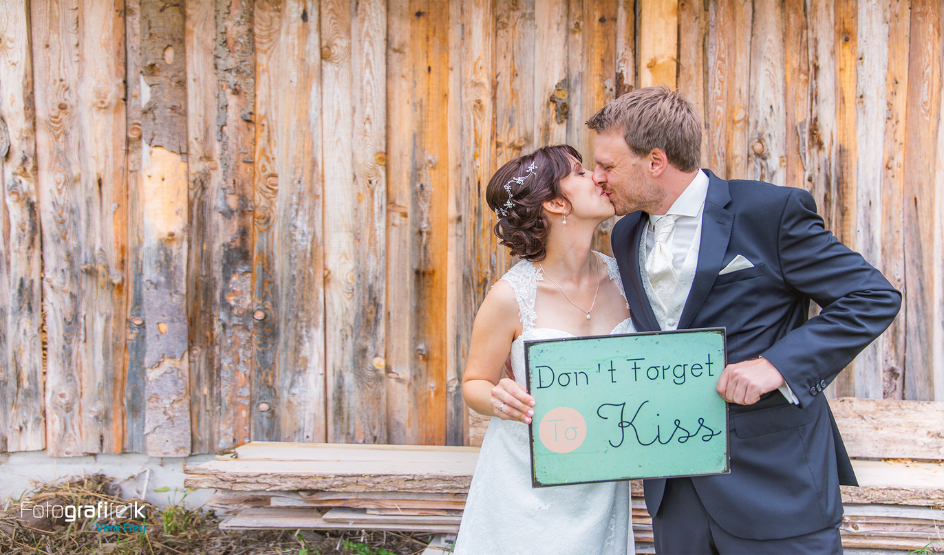 Brautpaarshooting | Kuss | Blechschild