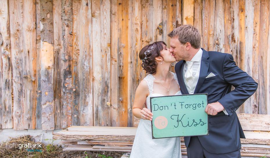 Brautpaarshooting   Kuss   Blechschild