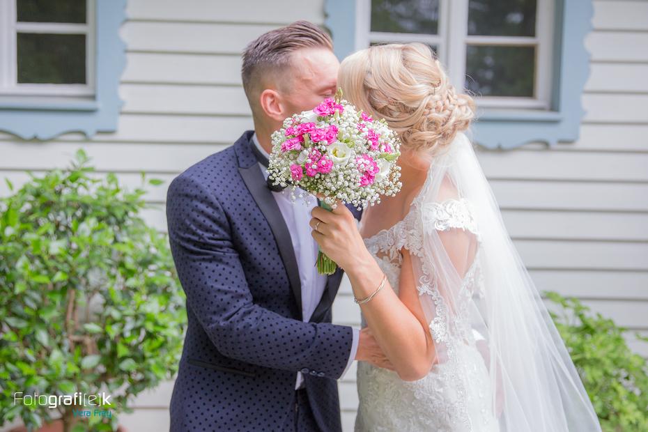 Brautpaar | Kuss | Brautstrauß