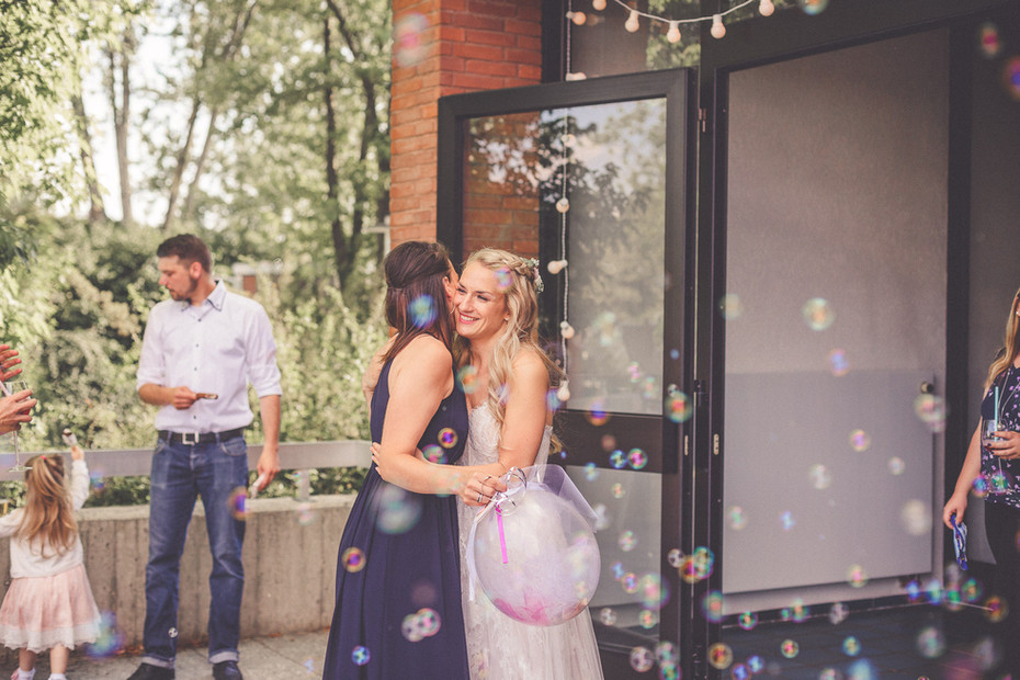 Umarmung   Hochzeitfeier   Seifenblasen