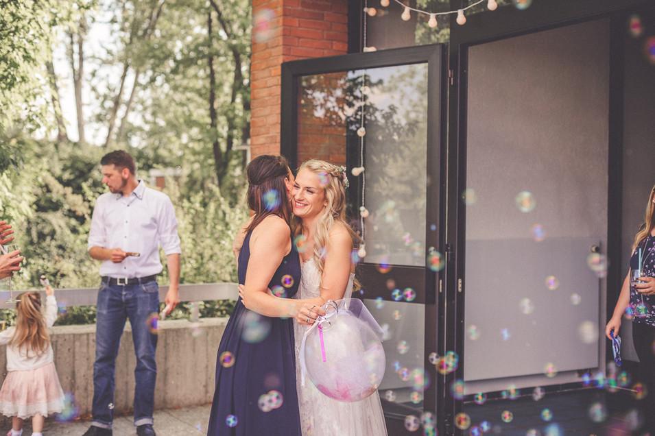Umarmung | Hochzeitfeier | Seifenblasen