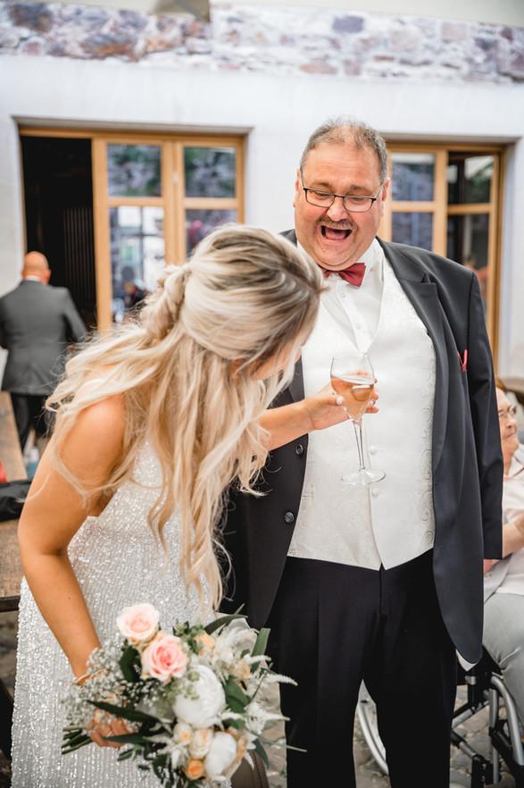 Standesamt-Braut-Brautvater-Sekt-Lachen-