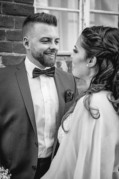 Bräutigam | Fenster | Brautpaar