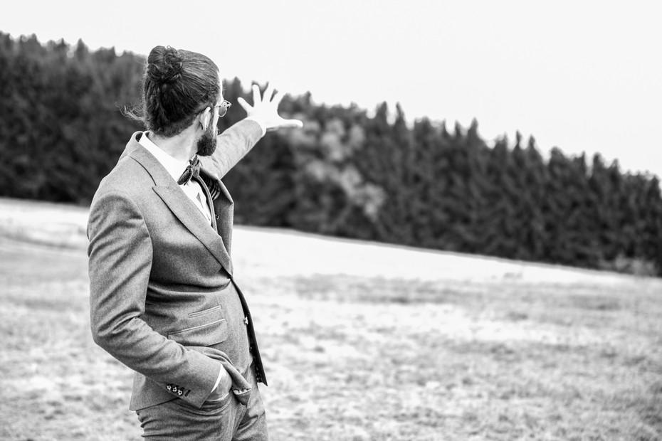 Bräutigam | Boho-Hochzeit | schwarz-weiß