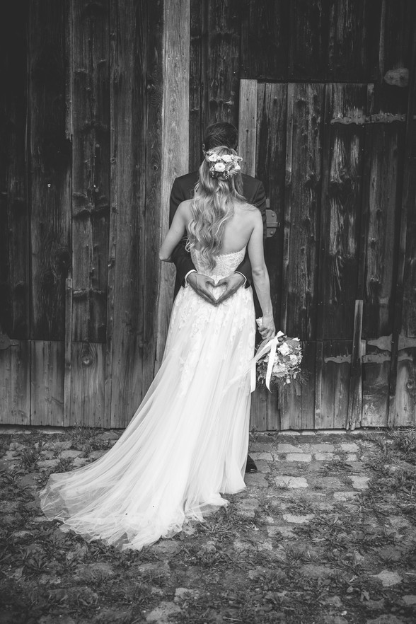 Scheune | Schwarz-weiß | Brautkleid