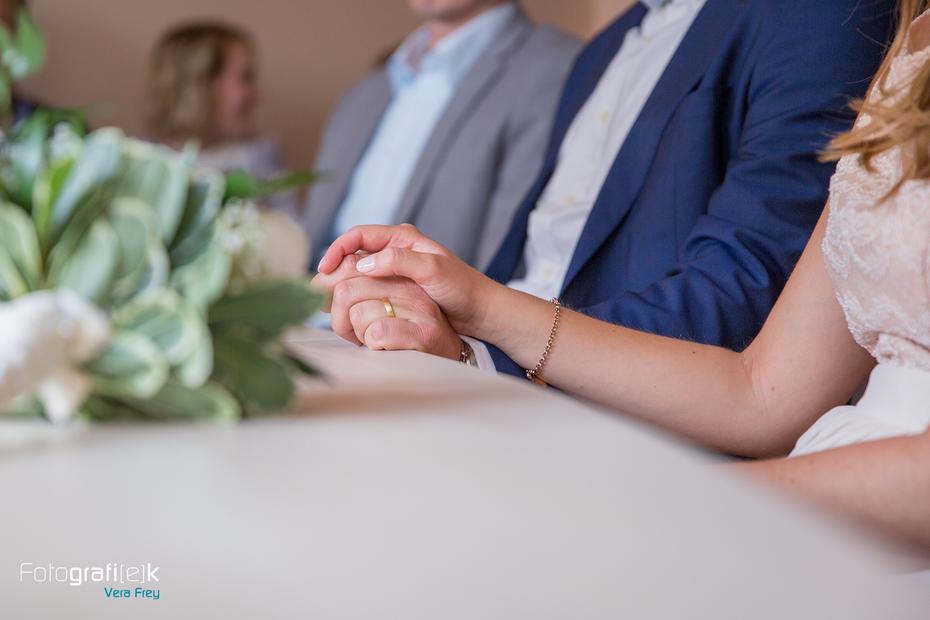 Hand in Hand | Brautpaar | Standesamt | Hochzeit