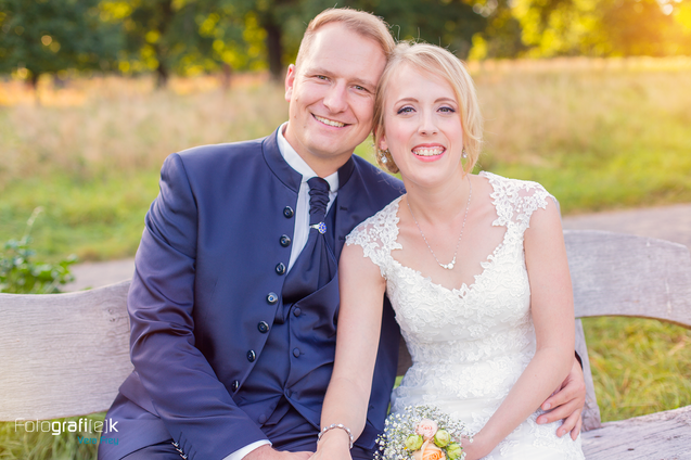 Brautpaar | Holzbank | Sonnenuntergang