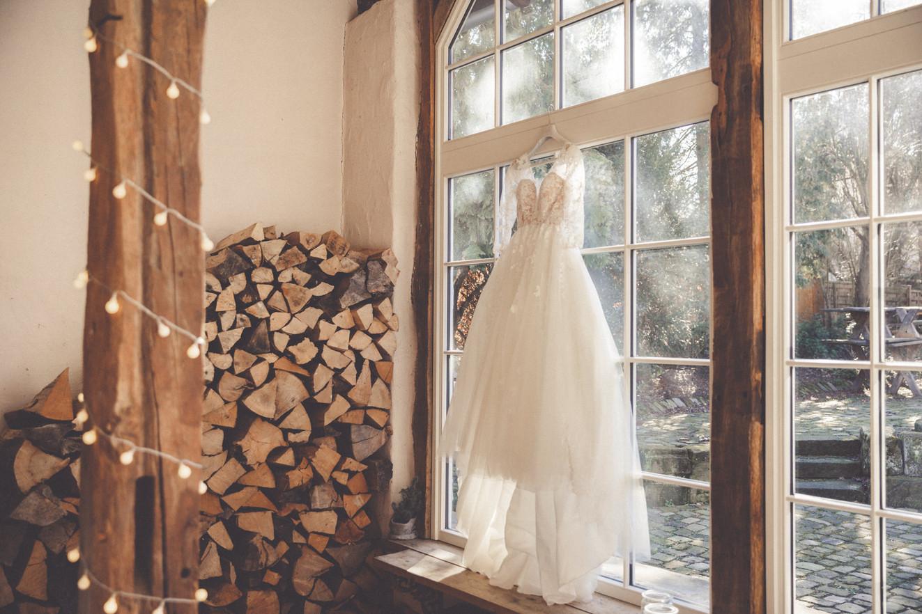 Brautkleid | Holz | Lichterkette