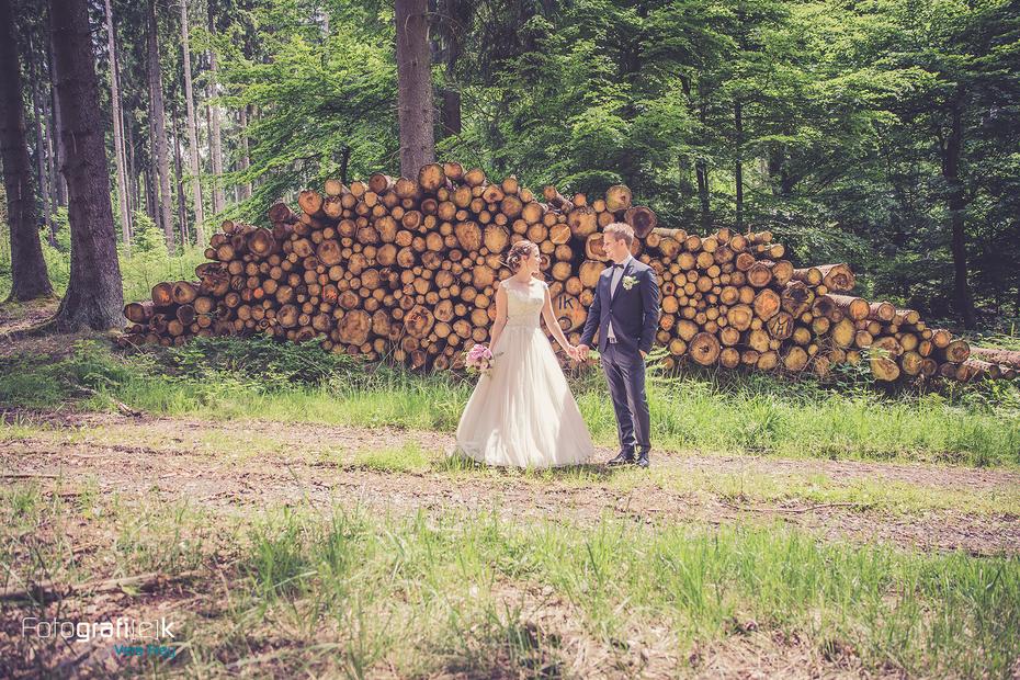 Brautpaar | Shooting | Wald | Holz | Brautstrauß