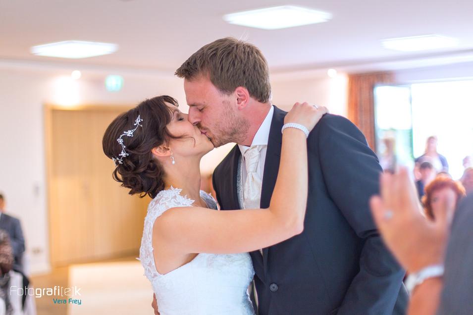 Hochzeitskuss | Brautpaar | Standesamt