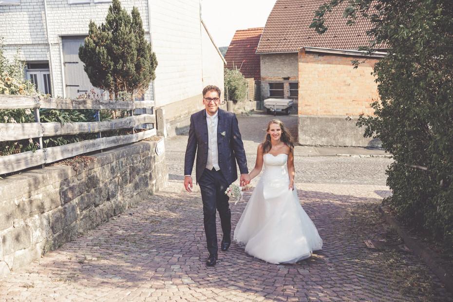 Brautpaar | Spaziergang | Dorf