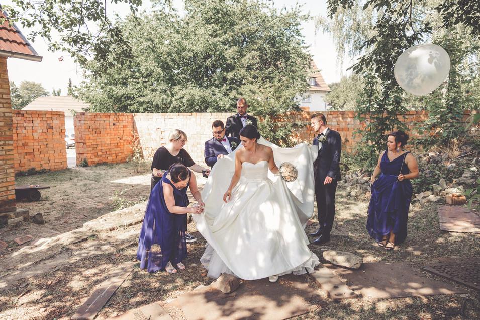 Trauzeugen   Helfer   Brautkleid