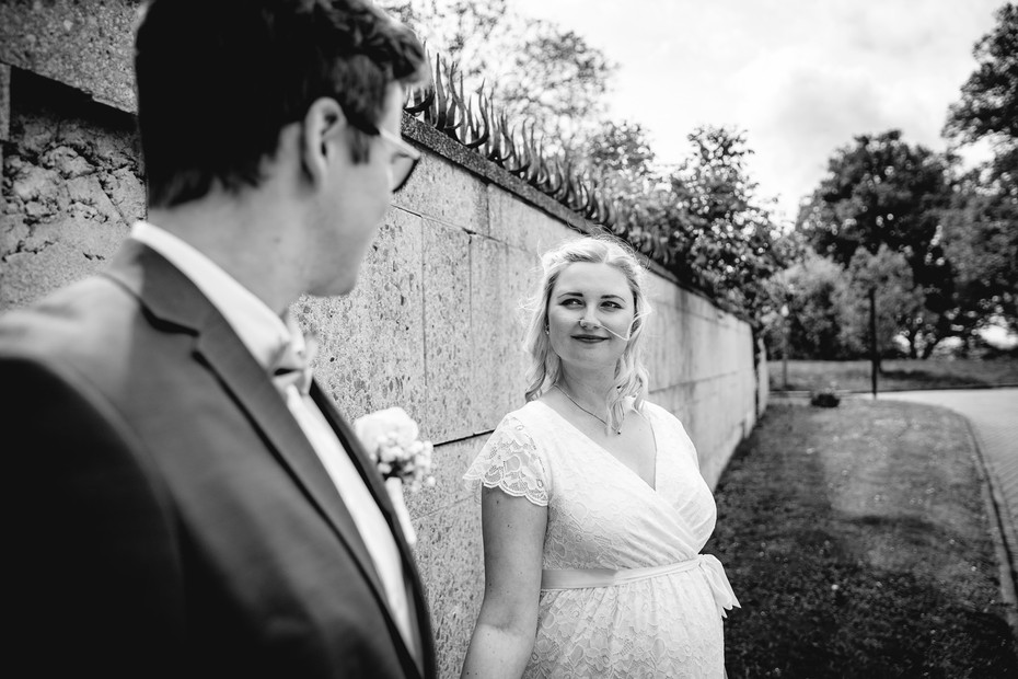Braut | schwarz-weiß | Mauer