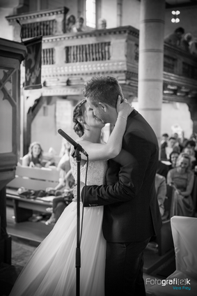 Kuss | Kirche | Hochzeit | Shooting | Brautpaar