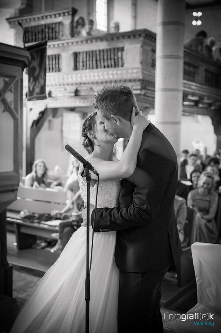 Kuss   Kirche   Hochzeit   Shooting   Brautpaar