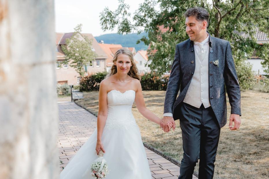 Kirchplatz | Brautpaar | Sommer