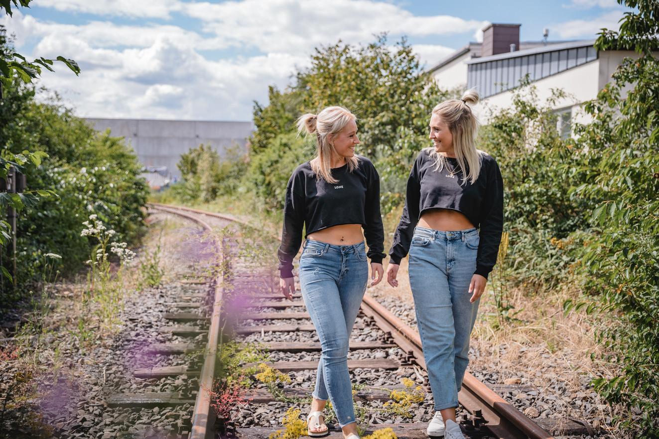 Bahnschienen   Freundinnen