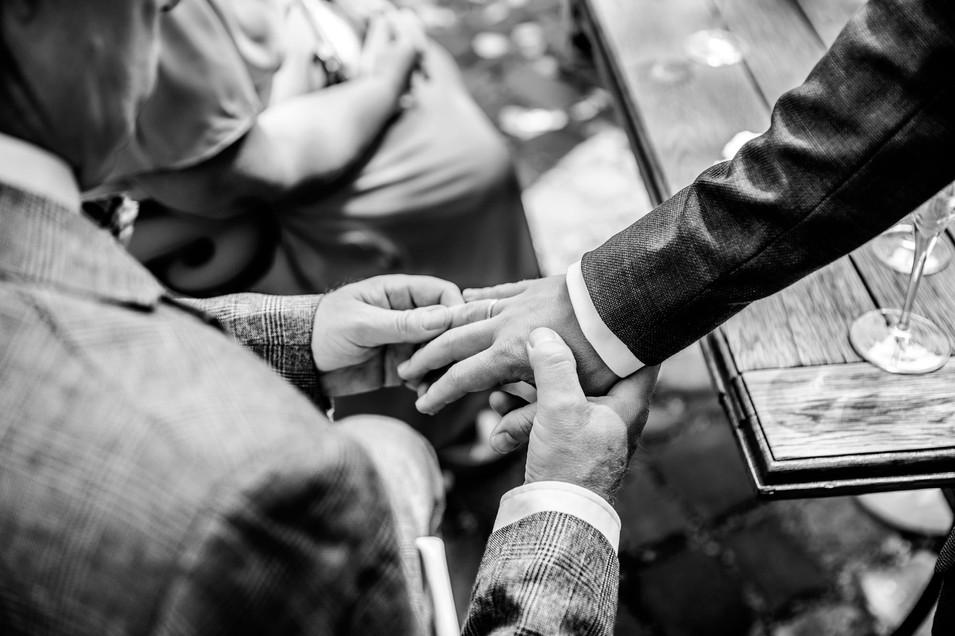 Ring-Hand-Vater-Bräutigam-Hochzeit.jpg