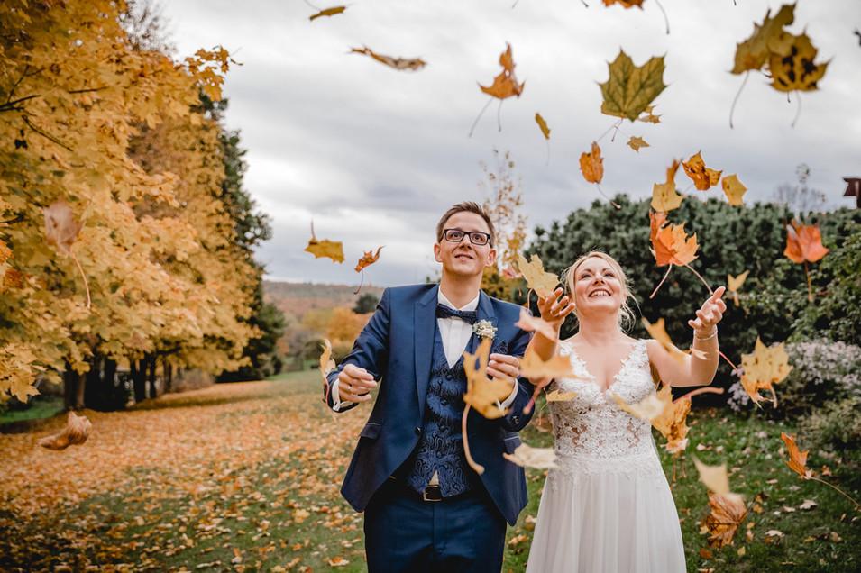 Herbsthochzeit-Laub-werfen-Brautpaar-Ros