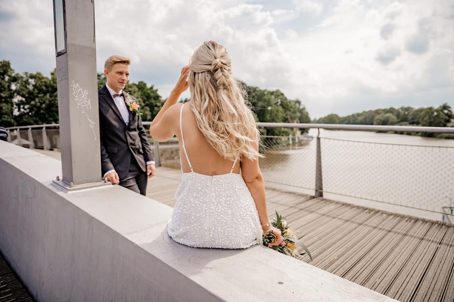 Braut-Kleid-Rücken-Bräutigam-Hochzeit-Ka