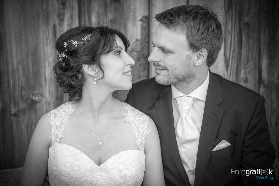 Hochzeitsportrait   Brautpaar   Blicke   Schwarz-Weiß