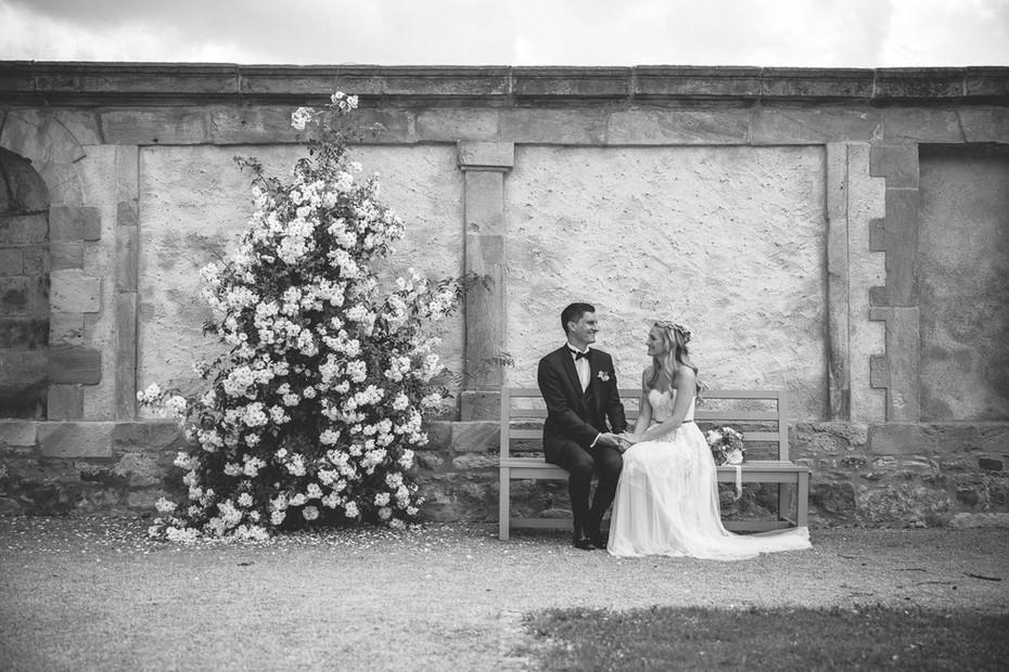 Brautpaarshooting   Mauer   Schwarz-weiß