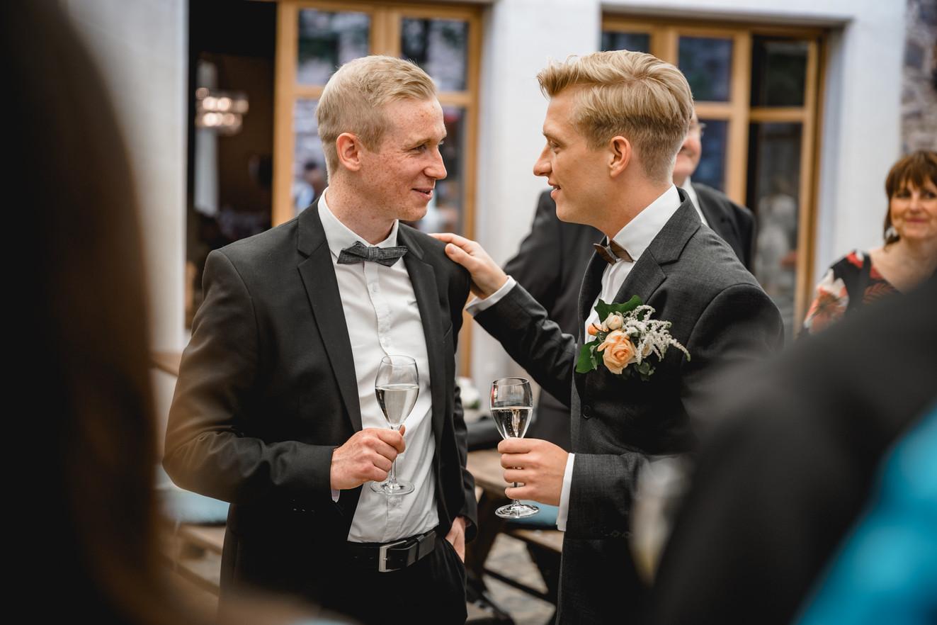 Umarmung-Hochzeit-Standesamt-Innenhof-Re