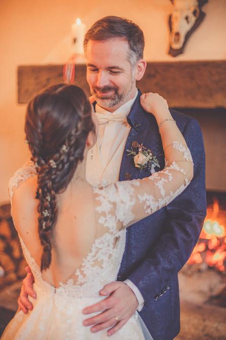 Winterhochzeit | Kamin | Brautpaar