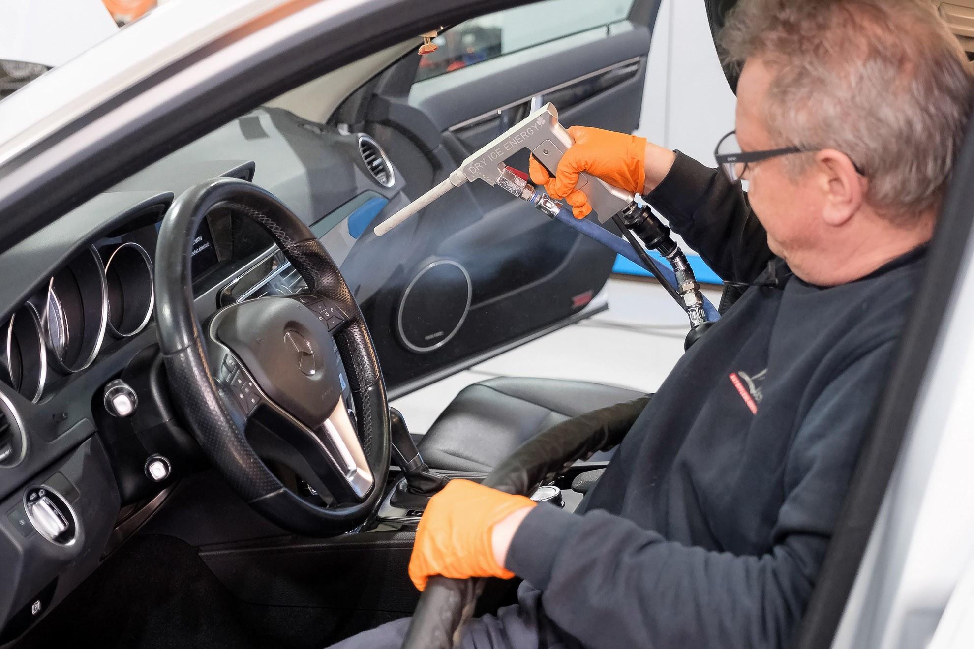 PKW-Fahrzeuginnenraum-Reinigung